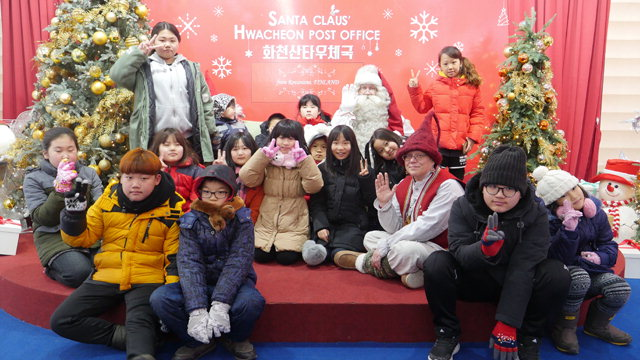 ▲ 12일 화천산천어축제장 산타우체국을 방문한 핀란드 로바니에미시의 리얼 산타가 아이들과 즐거운 시간을 보내고 있다.