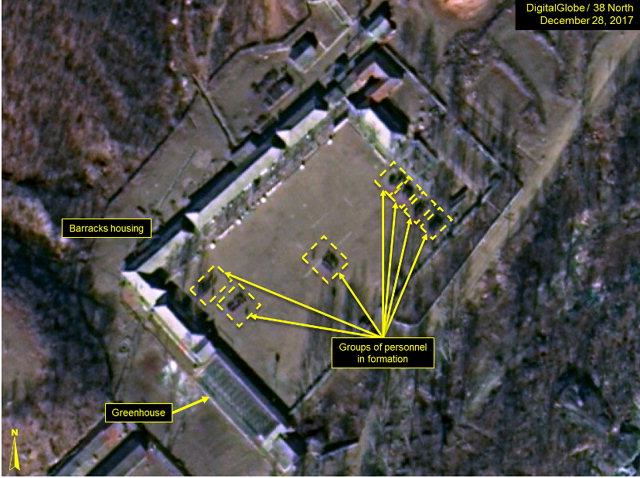 """▲ 미국 로스앨러모스 국립연구소(LANL)의 핵실험 전문가 프랭크 파비안 등은 11일(현지시간) 북한 전문 매체 38노스 기고문에서 풍계리 핵실험장을 촬영한 상업용 인공위성 사진을 분석한 결과 """"작년 12월 내내 서쪽 갱도 입구 주변에서 광차와 인력들이 목격됐고, 파낸 흙을 쌓아둔 흙더미가 현저하게 늘어났다""""며 이같이 평가했다.이들은 핵실험장 남쪽 지원 단지 안에는 100~120명가량의 사람이 7개로 무리를 지어 있는 모습(사진)도 포착됐다고 전했다."""