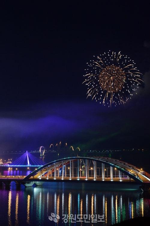 ▲ 13일 평창올림픽 성공 개최 염원을 담은 '2018 평창동계올림픽 G-30 춘천불꽃축제'가 열려 춘천 소양호 밤하늘을 오색 불꽃으로 물들였다.