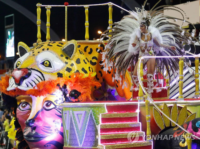 "▲ PARAGUAY-CARNAVAL Dancers perform during the carnival in Encarnacion, Paraguay on January 20, 2018. Encarnacion is located 375 km south of Asuncion, describes itself as the ""Carnival Capital of Paraguay. / AFP PHOTO"