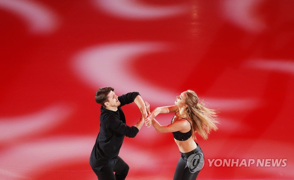 ▲ epa06461195 Alexandra Stepanova (R) and Ivan Bukin (L) of Russia perform during the Gala Exhibition of the ISU European Figure Skating Championships in Moscow, Russia, 21 January 2018.