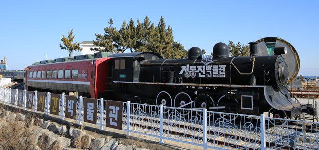 ▲ 정동진시간박물관 전경.박물관은 증기기관차와 7량으로 구성돼 있다.