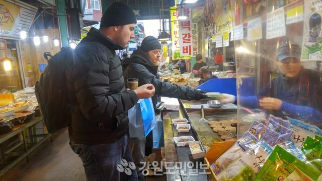 ▲ 2018 평창동계올림픽 문화행사에 참가한 외국인들이 8일 오후 강릉 중앙시장을 찾아 길거리 음식을 맛보고 있다.  이서영