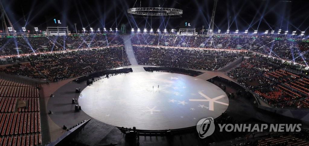 ▲ 9일 오후 강원도 평창 올림픽스타디움에서 2018 평창동계올림픽 개막 사전공연 중 불빛쇼를 하고 있다.