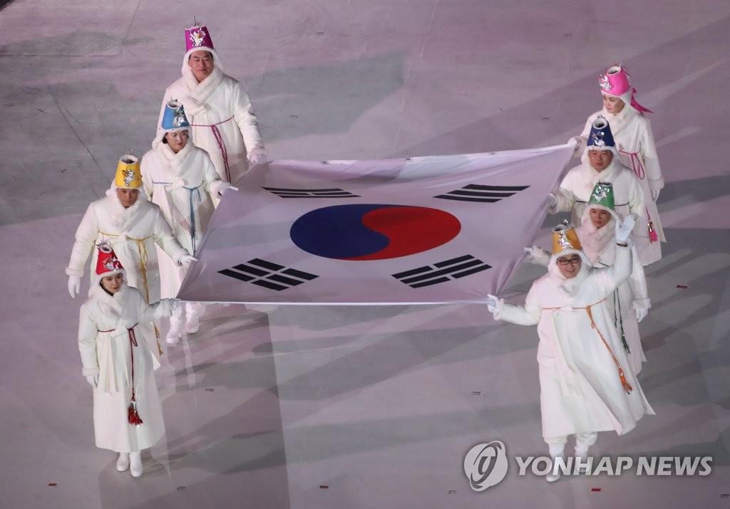▲ 9일 오후 강원도 평창 올림픽스타디움에서 열린 2018 평창동계올림픽 개막식에서 대한민국 국기인 태극기가 입장하고 있다.