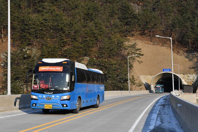 ▲ 국도 42호선이 9일 개통된 가운데 올림픽 셔틀버스가 정선터널을 운행하고 있다.
