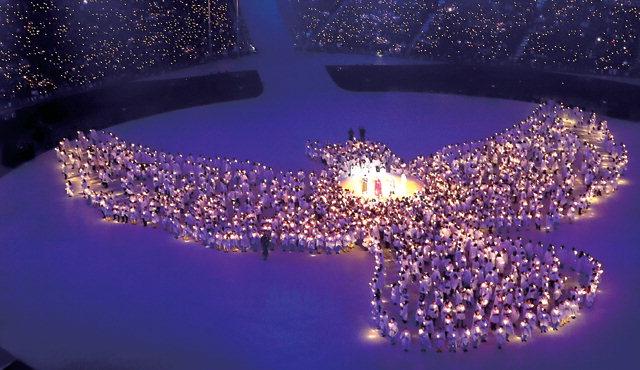 ▲ 평화의 비둘기 9일 오후 평창 올림픽스타디움에서 열린 2018 평창동계올림픽 개막식에서 촛불로 만든 비둘기 형상을 배경으로 가수 하현우, 이은미, 전인권, 안지영이 'imagine'을 부르고 있다.  연합뉴스
