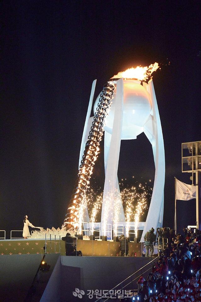 ▲ 9일 평창 올림픽스타디움에서 열린 2018 평창동계올림픽 개막식에서 전 피겨선수 김연아가 성화를 점화하고 있다. 최원명