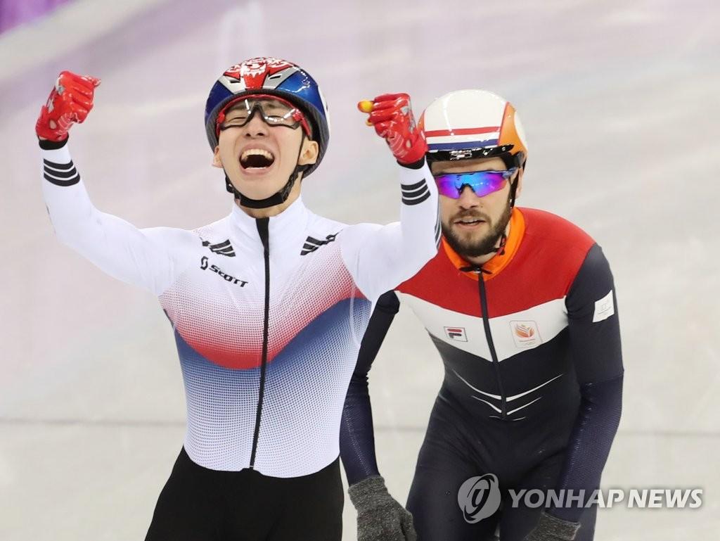 ▲ 한국 쇼트트랙 대표팀의 임효준이 10일 강릉 아이스아레나에서 열린 2018 평창동계올림픽 쇼트트랙 남자 1,500m 결승에서 금메달을 획득하며 환호하고 있다.