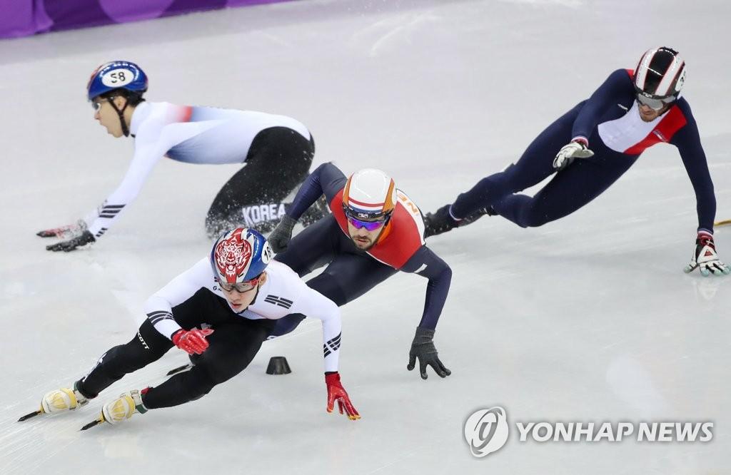 ▲ 10일 오후 강릉 아이스아레나에서 열린 2018 평창동계올림픽 쇼트트랙 남자 1,500m 결승에서 한국의 황대헌이 레이스 도중 넘어지고 있다