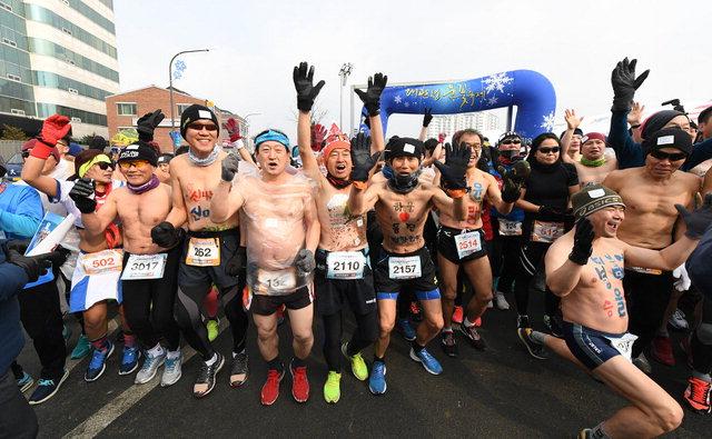 ▲ 대관령눈꽃축제 국제알몸마라톤 대회가 10,11일 이틀간 진행된 가운데 참가자들이 올림픽 성공 개최를 기원했다.