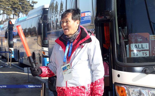 ▲ 권영중 위원장이 주차장에서 교통을 안내하고 있다.  평창올림픽 이동편집국/서영