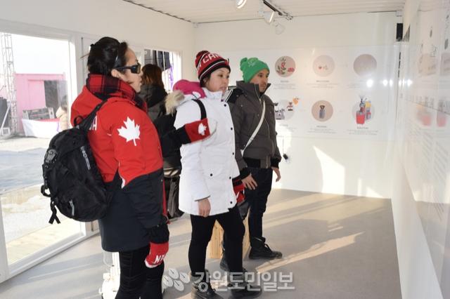 ▲ 12일 강릉 커피거리에서 열리고 있는 '강릉세계커피축제' 행사장을 방문한 외국인들이 작품들을 둘러보고 있다.  이서영
