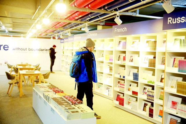 ▲ 강릉 미디어촌에 '한국문학 홍보관'이 설치된 가운데 해외 언론인들이 홍보관을 둘러보고 있다.