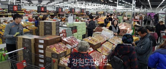 ▲ 설 명절을 앞두고 농축산물 선물세트 판매량이 크게 증가한 가운데 13일 소비자들이 MS리테일 춘천점에서 선물세트를 구매하고 있다. 신관호
