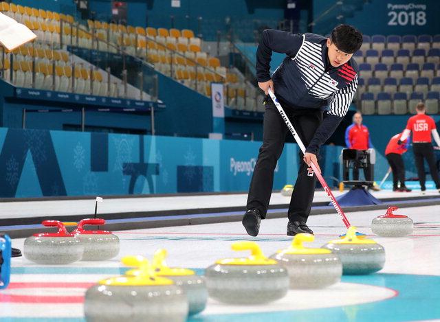 ▲ 13일 강릉컬링센터에서 열린 컬링 남자 연습에서 한국의 이기복이 스위핑하고 있다. 연합뉴스