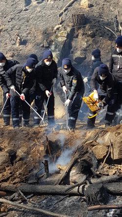 ▲ 13일 강원경찰청 2기동중대와 경남 509기동중대가 산불현장에 투입돼 잔불제거 등 진화작업을 하고 있다.