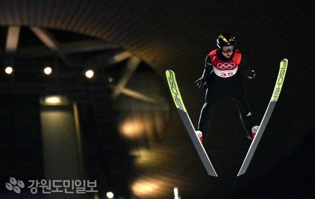 ▲ 지난 12일 오후 평창 알펜시아 스키점프센터에서 열린 평창올림픽 스키점프 여자 노멀힐 개인 결승에서 금메달을 차지한 노르웨이 마렌 룬드비가 비행하고 있다.     평창올림픽 이동편집국/최원명
