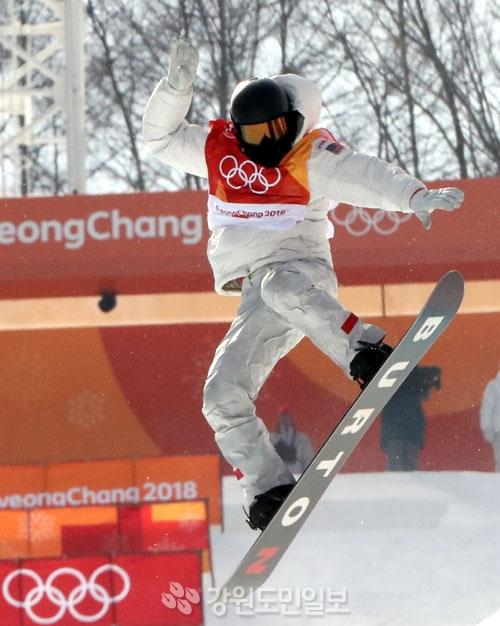 ▲ 13일 평창 휘닉스 스노 경기장에서 열린 평창동계올림픽 스노보드 남자 하프파이프 예선에서 미국 숀 화이트가 공중연기를 하고 있다.