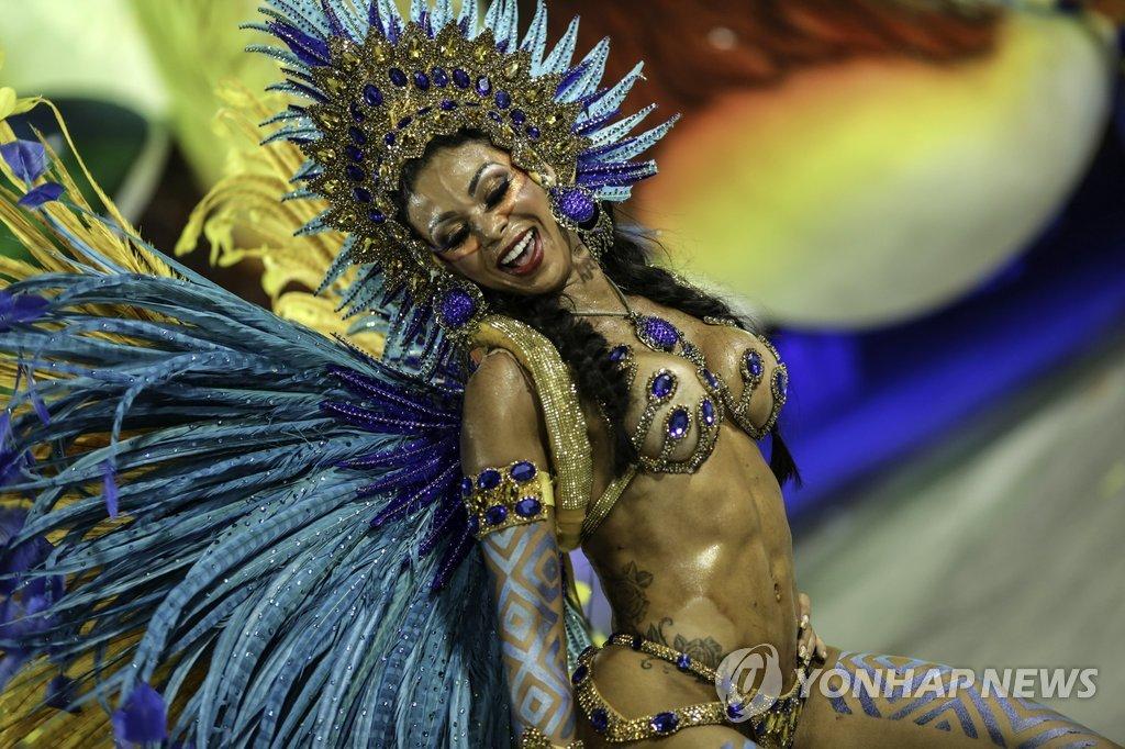 ▲ 12일(현지시간) 브라질 리우데자네이루의 삼바 전용 경기장인 삼보드로무에서 열린 카니발 축제 퍼레이드에서 참가자들이 화려한 춤을 선보이고 있다.