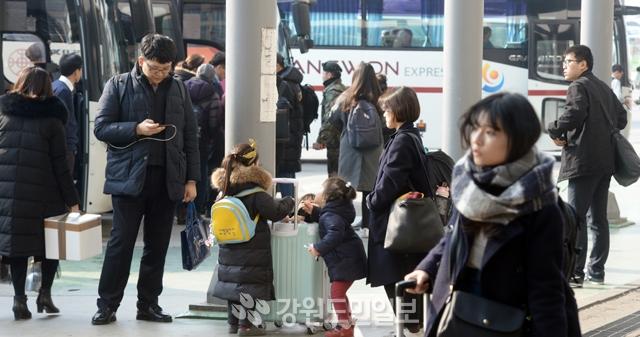▲ 설 연휴를 하루 앞둔 14일 춘천시외버스터미널이 귀성 시민들로 붐비고 있다.  박상동