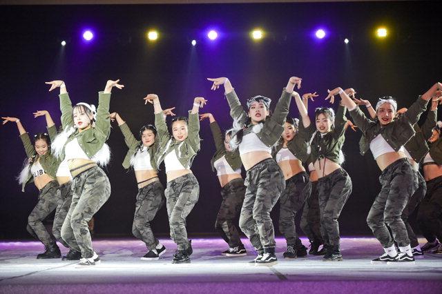 ▲ 원주 윈터댄싱카니발이 18일 원주치악체육관에서 폐막한 가운데 세미 파이널 매치에 참가한 팀들이 화려한 공연을 선보이고 있다.