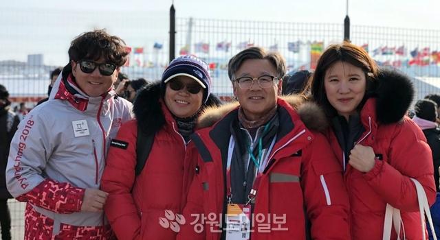 ▲ 평창지역의 올림픽 현장에서 온 가족이 자원봉사에 참가해 화제가 되고 있다.사진 왼쪽부터 아들 연태 씨,부인 오춘희 씨,정욱화 센터장,며느리 김현아 씨. 신현태
