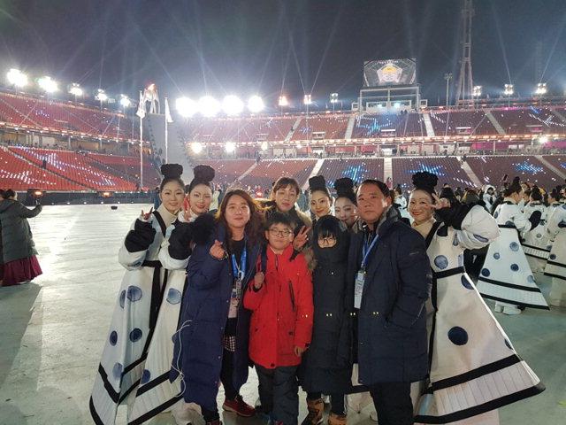 ▲ 동계올림픽 개막식 퍼포머로 출연한 박지선 씨 가족이 지난 9일 올림픽스타디움 공연 후 출연진과 기념촬영을 하고 있다.