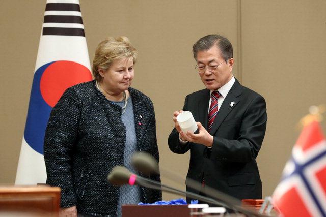 ▲ 문재인 대통령이 지난 15일 청와대에서 에르나 솔베르그 노르웨이 총리에게 평창동계올림픽을 기념해 제작한 양구 백토 투광컵을 선물하고 있다.