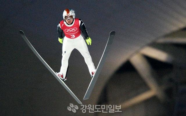 ▲ 19일 오후 평창 알펜시아 스키점프센터에서 열린 평창올림픽 스키점프 라지힐 남자 팀경기에서 최흥철(하이원)이 비상하고 있다.    평창올림픽 이동편집국/최원명