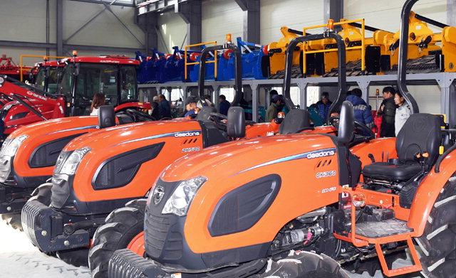 ▲ 개소를 앞둔 양구군 농기계 임대사업소 방산분소에 농기계들이 가득차 있다.