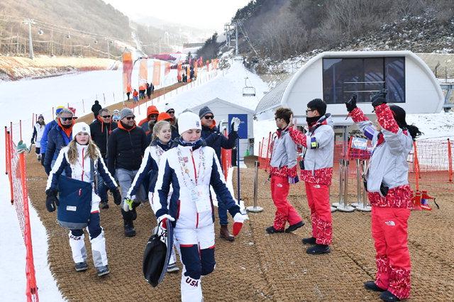 ▲ 21일 알파인스키 여자활강이 열린 정선알파인센터에서 자원봉사자들이 선수와 관람객들에게 '아리아리 정선'으로 인사하고 있다.