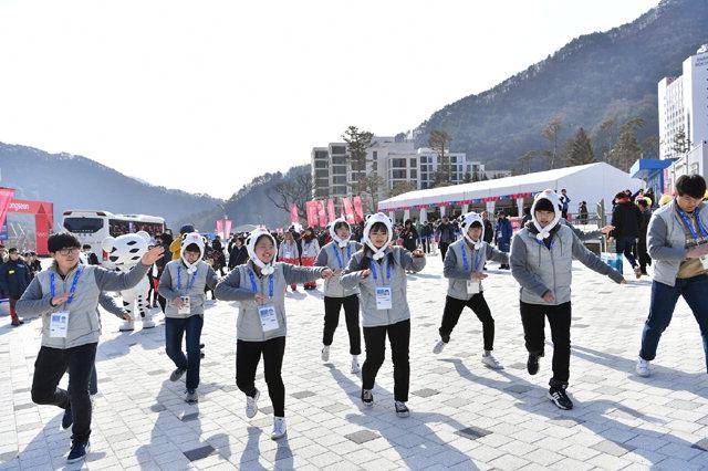 ▲ 22일 오전 정선알파인센터에서 마지막 경기인 여자 복합경기가 열린 가운데 정선중 댄스시범단이 동계올림픽 퍼포먼스를 선보이고 있다.