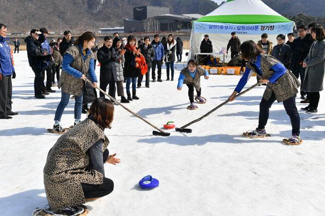 ▲ 22일 오전 정선 고드름축제장에서 주민들이 대한민국 여자 컬링팀의 선전을 기원하는 이색 컬링 퍼포먼스를 선보이고 있다.