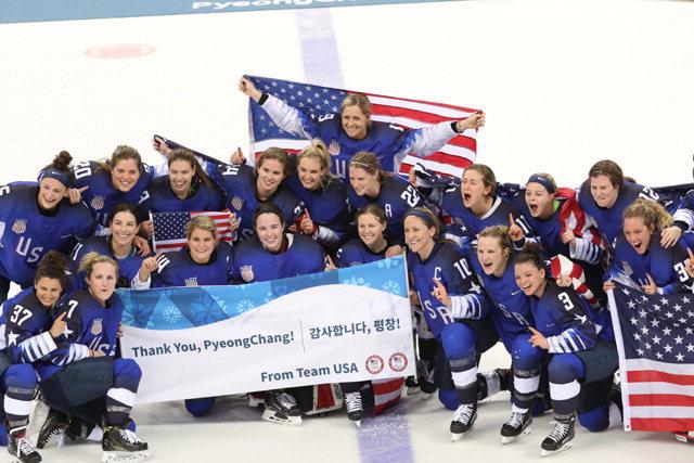 ▲ 22일  강릉하키센터에서 열린 2018 평창동계올림픽 여자 아이스하키 결승전에서 승부치기 끝에 우승한 미국이 '감사합니다 평창'이라고 쓴 플래카드를 들고 환호하고 있다. 미국은 캐나다의 올림픽 5연패를 저지하며 20년 만에 금메달을 땄다.