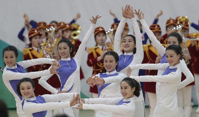 ▲ 북한 응원단원들이 23일 강원도 인제군 인제다목적경기장에서 2018평창동계올림픽 성공기원 공연을 선보이고 있다. 연합뉴스