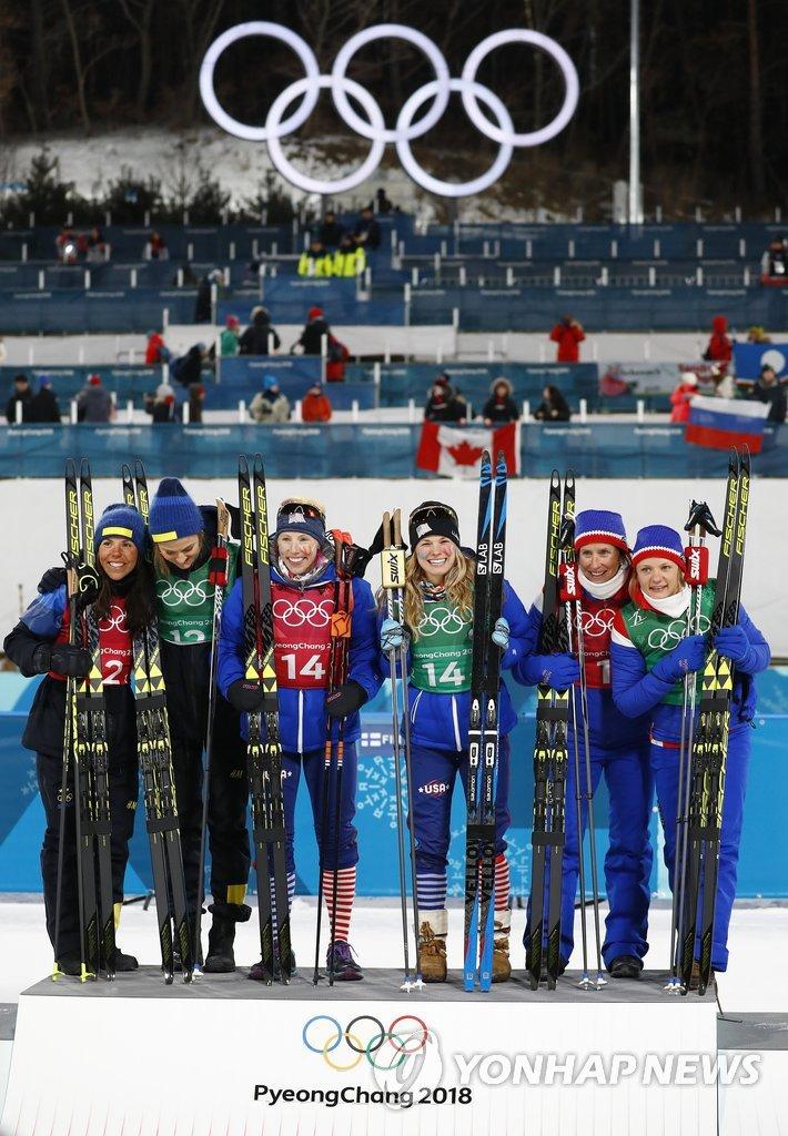 ▲ 마리트 비에르옌(노르웨이·오른쪽 두번째)이 21일 평창 알펜시아 크로스컨트리 센터에서 열린 2018 평창동계올림픽 크로스컨트리 여자 팀 스프린트 결승에서 마이켄 카스페르센 팔라(맨 오른쪽)와 한 조로 출전해 동메달을 획득, 시상대에서 포즈를 취하고 있다. 이번 대회에서만 네 번째 메달을 목에 건 비에르옌은 이로써 개인 통산 올림픽 메달 수를 14개로 늘려 역대 동계올림픽 사상 최다 메달 신기록을 세웠다.