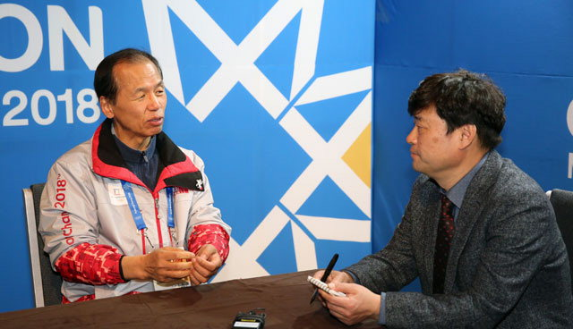 ▲ 최문순 도지사와 송정록 본지 올림픽취재단장이 대담을 하고 있다.    평창올림픽 이동편집국/ 서영