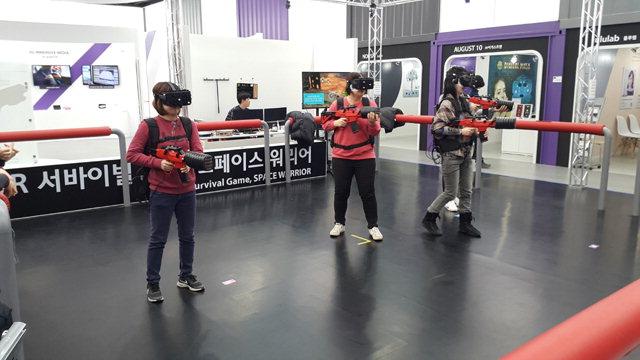▲ KTX 강릉역 맞은편에 문을 연 '강릉 ICT 홍보관'에서 체험객들이 가상현실(VR) 서바이벌 슈팅 게임을 즐기고 있다.