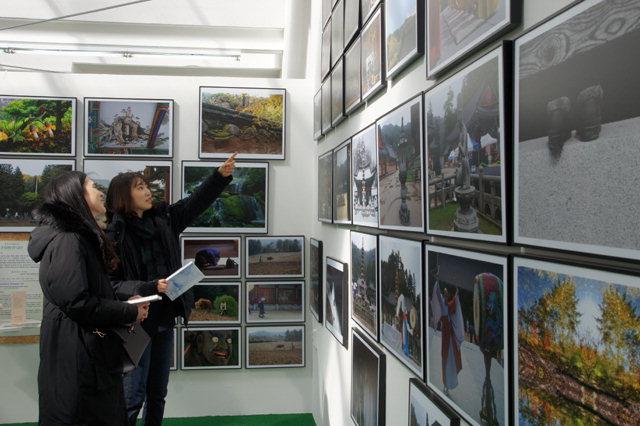 ▲ 평창동계패럴림픽 기간 운영되고 있는 평창생활문화 전시 다함께 전(展)에서 관람객들이 작품을 감상하고 있다.