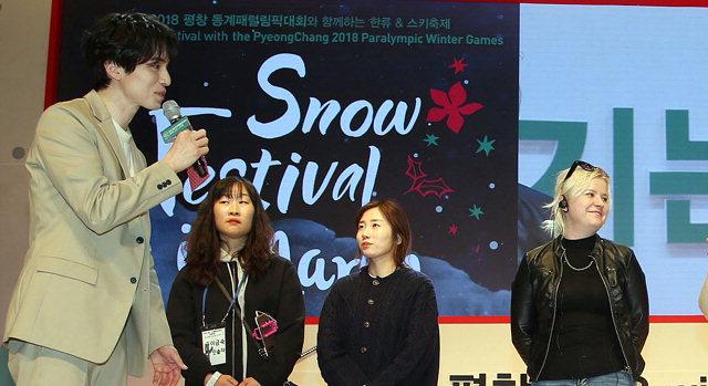 ▲ 한류스타 이동욱이 13일 강릉아트센터에서 팬미팅을 하고 있다.