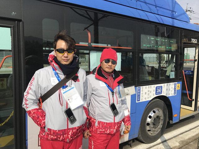 ▲ 평창패럴림픽기간 장애인과 교통약자들을 위해 스스로 평창을 찾은 서울시내버스 운전기사 윤시우(사진 왼쪽부터)씨와 김만섭씨