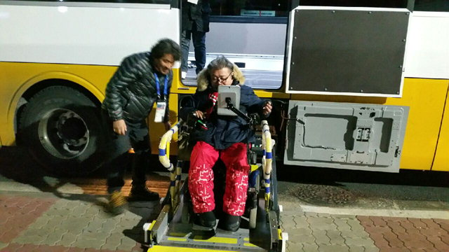 ▲ 평창패럴림픽 기간 운영 중인 휠체어 리프트 버스