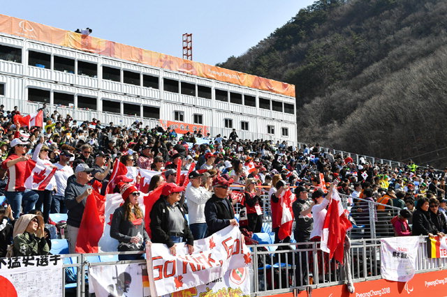 ▲ 14일 오전 평창동계패럴림픽 알파인스키 남녀 대회전 경기가 열린 '정선알파인센터'에서 레인보우 응원단들이 자국 선수들을 응원하고 있다.
