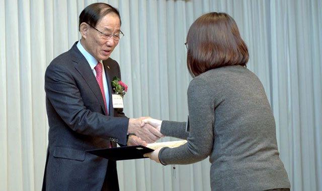 ▲ 최우경 유정장학회 회장이 대학생에게 장학금을 전달하고 있다.