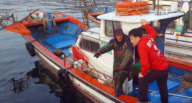 ▲ 정창수 자유한국당 도지사후보가 28일 삼척 임원항을 찾아 어민들의 애로사항을 듣고 지지를 부탁했다.