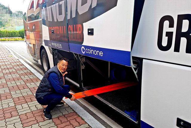▲ 이영주씨가 강원FC 선수단 버스 짐칸을 청소하고 있다.