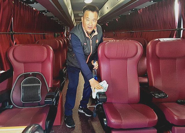 ▲ 이영주씨가 강원FC 선수단 버스를 청소하고 있다.