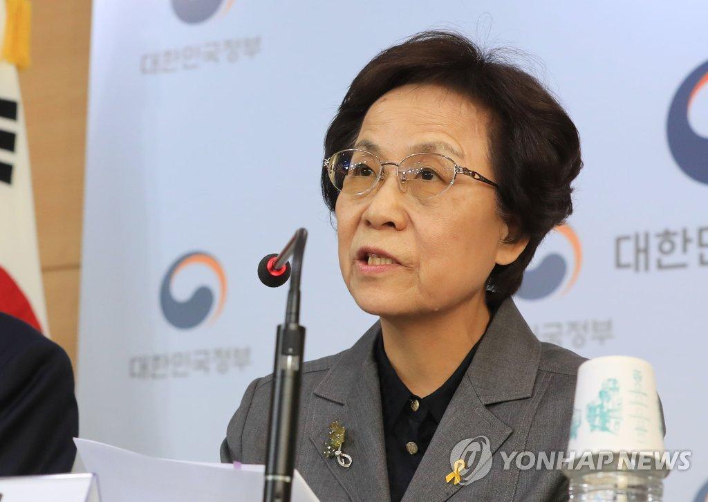 ▲ 신인령 국가교육회의 의장(오른쪽)이 16일 오후 서울 광화문 정부서울청사에서 2022 대입제도 개편 공론화 계획을 발표하고 있다.