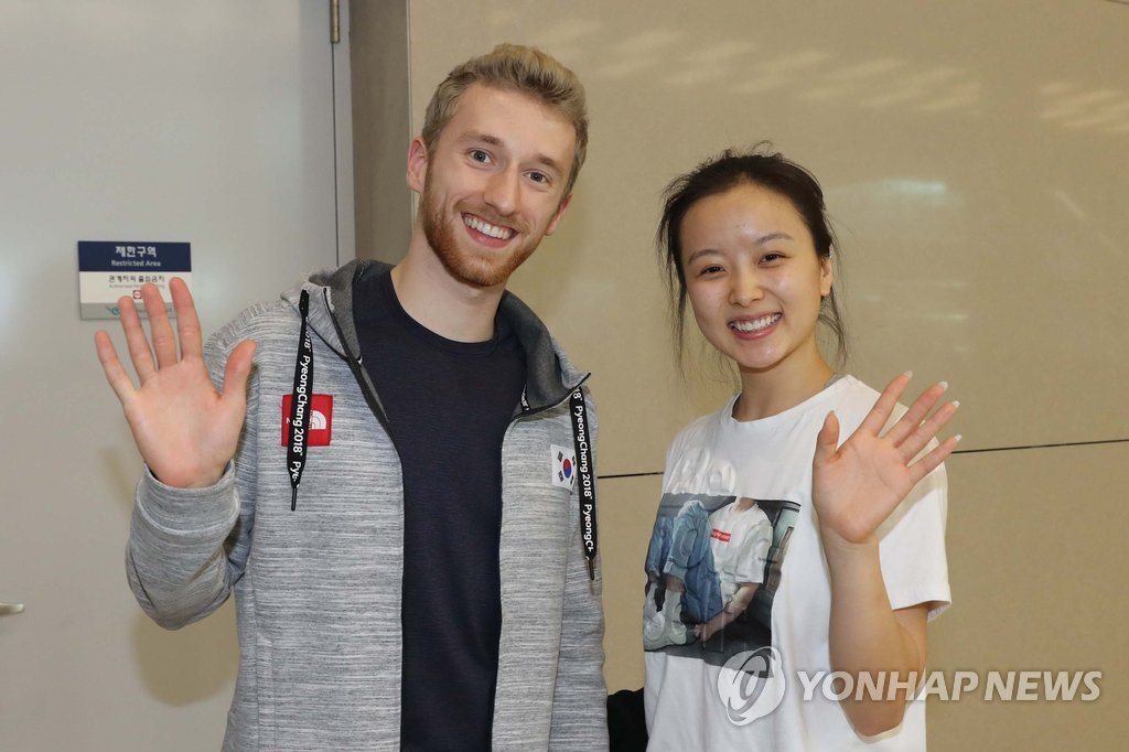 ▲ 평창 동계올림픽에 출전했던 한국 아이스댄스 민유라와 알렉산더 겜린이 이달 20∼22일 서울 목동아이스링크에서 열리는 '인공지능 LG ThinQ 아이스 판타지아 2018' 아이스쇼에 출연하기 위해 16일 오후 인천공항을 통해 입국해 포즈를 취하고 있다. 2018.4.16